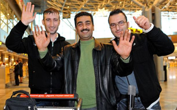 Mohammad Baiko (vas.), Ebdo Mihemed ja Mohammad Shek Ali jättivät Helsinki-Vantaalla jäähyväiset suomalaisille faneilleen.
