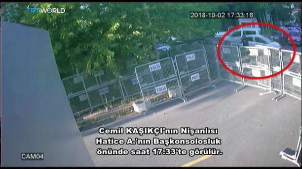 Khashoggin kihlattu Hatice Cengiz tallentui turvakameroille konsulaatin ulkopuolella.