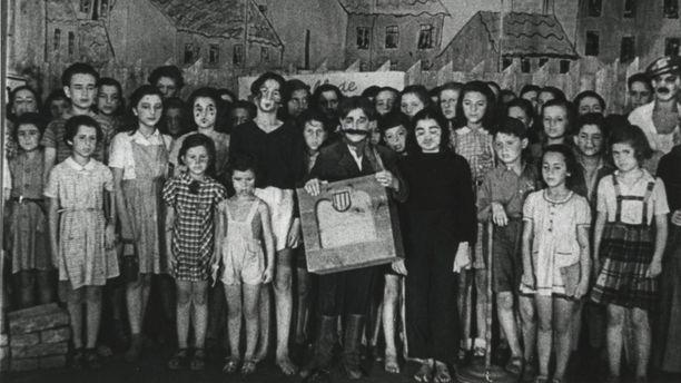Terezínissä esitettiin lastenooppera Brundibária, jonka pääosassa oli tyrannimainen posetiivari, eräänlainen Hitler-hahmo. Häntä esitti Honza Treichlinger, joka kaasutettiin Auschwitzissa.