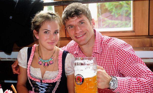 Thomas Müllerin kelpaa olla: kaunis Lisa-vaimo kainalossa ja lähes täysi tuoppi edessä.