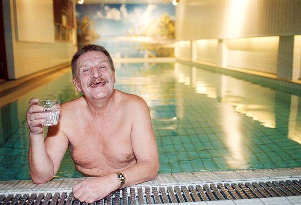 Kauppaneuvos Paukku kylvetti eturivin poliitikkoja ja hieroi bisneksiä saunassaan. Sarjaa kuvattiin Käpylän Park Hotelissa.