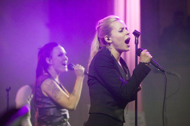 Paula Vesalan ja Mira Luodin PMMP-yhtye kiersi Suomea 2002-2013. Yhtye tunnetaan lukuisista hiteistään.
