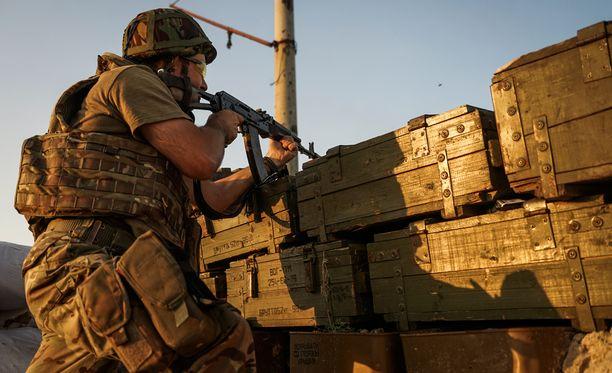 Ukrainalainen sotilas Donetskin lähellä sunnuntaina.