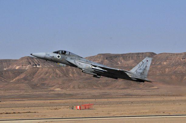 Israelin ilmavoimien kaksi F-15-hävittäjää nousi ilmaan Tel Nofin lentotukikohdasta ja etsi kuljetuskoneen Välimeren yläpuolelta.