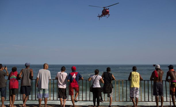 Riolaiset seurasivat, kun pelastushelikopteri teki työtään turman jälkeen. Yksi uhri saatiin pelastettua merestä.