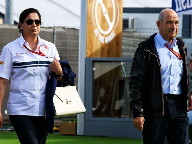 Monisha Kaltenborn toimi Peter Sabuerin (oikealla) perustamassa tallissa toimitusjohtajana ja tallipäällikkönä. Kaltenborn myös omisti tallista yhden kolmanneksen. Hän oli F1-sarjan ensimmäinen naispuolinen tallipäällikkö.