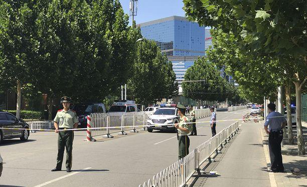 Silminnäkijöiden mukaan paikalla on useita poliisiautoja.