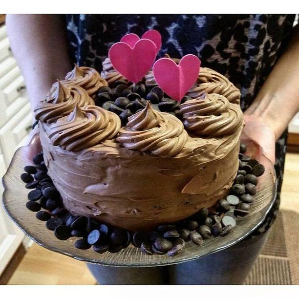 Suklaakakun voi koristella esimerkiksi suklaanapeilla.
