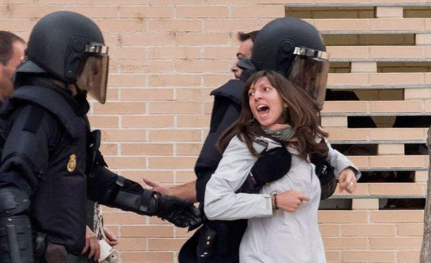 Poliisiväkivalta varjosti Katalonian sunnuntaista itsenäistymisäänestystä.