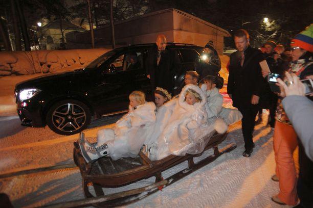 Juhlavieraat äityivät räpsimään Häkkisen perheestä valokuvia poroajelulla.
