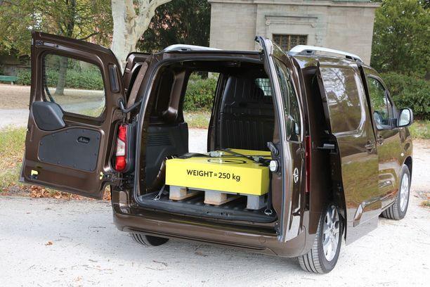 Lyhyenkin pakettiauton tavaratilaan mahtuu perätysten kaksi Eurolavaa.