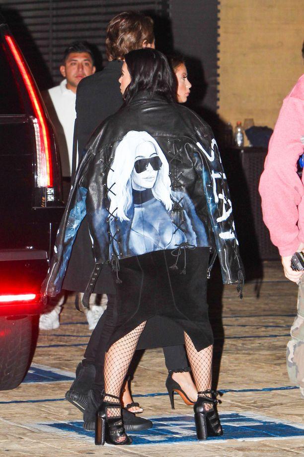 Takin selkämyksessä loistaa vaaleatukkainen Kim.