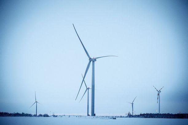 Sähkön pörssihinta on ollut Suomessa alkuvuoden ajan tavanomaista edullisempaa. Asiantuntijan mukaan yksi syy on ollut tuulisessa säässä, joka on saanut tuulivoimalat käymään kovalla teholla.