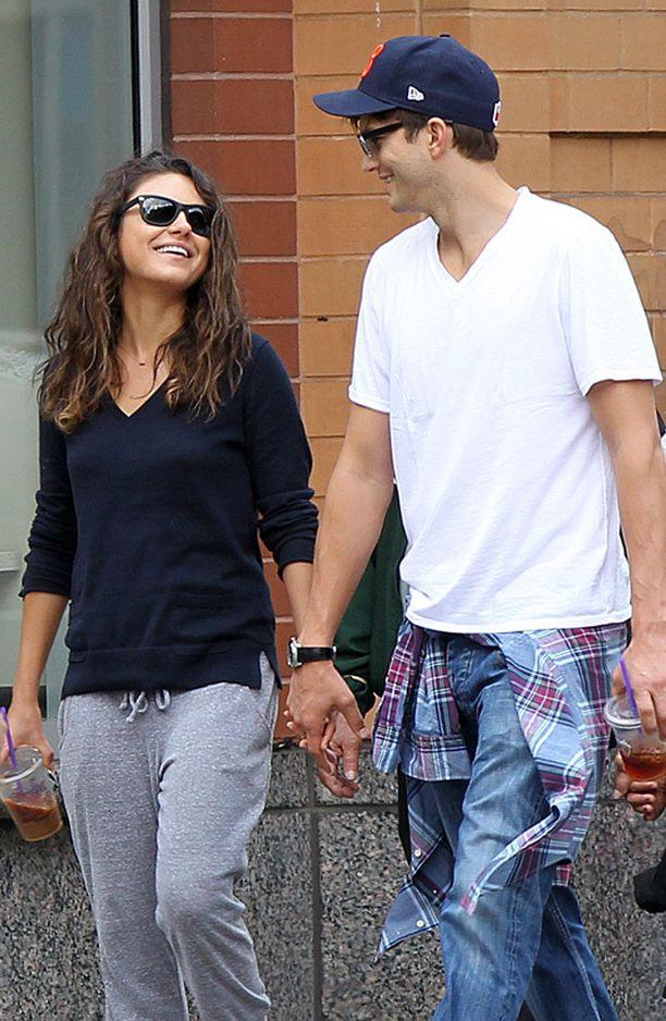 ...samaan aikaan Ashton Kutcher ja Mila Kunis nauttivat toisistaan.