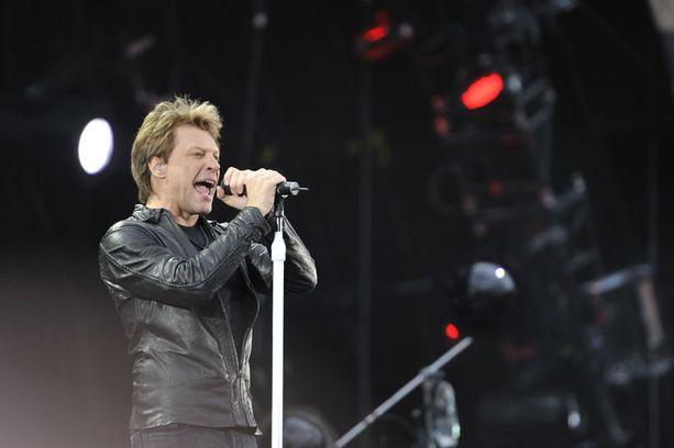 Jon Bon Jovi loukkasi jalkansa kesken Helsingin konsertin.