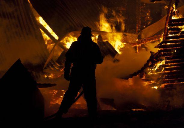 Marraskuussa 2018 mies sytytti saman yön aikana kolme paloa Tyrnävällä. Kuvituskuva.