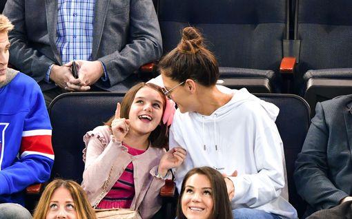 Tom Cruisen ja Katie Holmesin tytär Suri Cruise, 14, näyttää tuoreissa kuvissa yhä enemmän kuuluisalta äidiltään