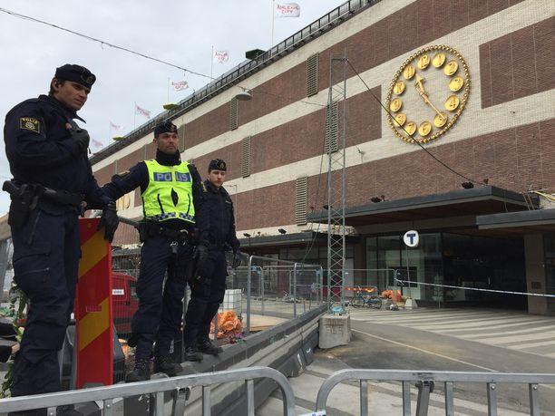 Poliisit vartioivat Åhlensin tavaratalon ympäristöä.