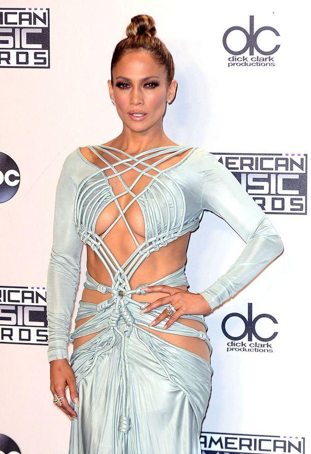 Jennifer Lopez uskaltaa vielä 47-vuotiaana pukeutua paljastavasti.