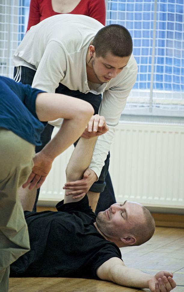 Kimmo Kuhtakin autettiin ylös salin lattialta.