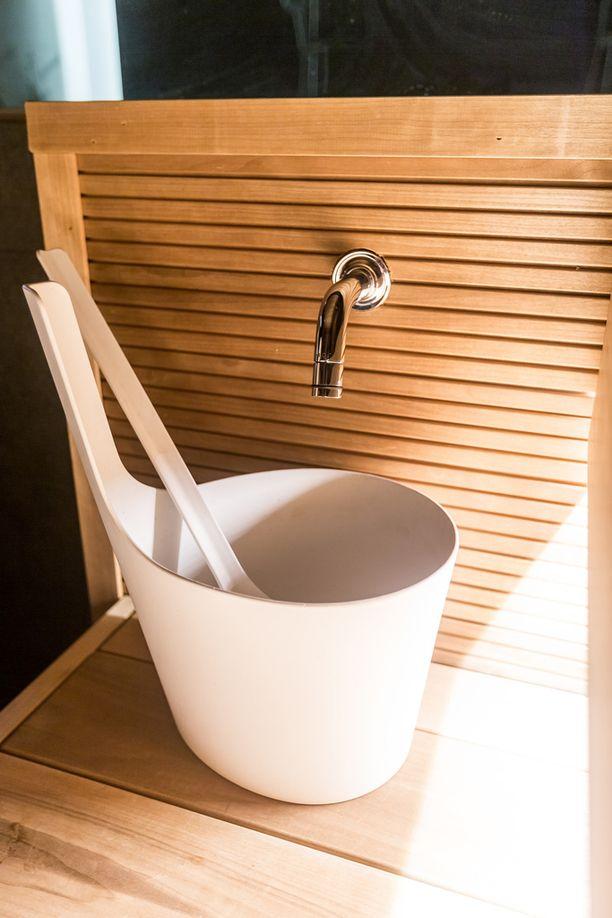 -Saunan kylmävesihana on kotini ehdoton huippuratkaisu. Kevyellä ranneliikkeellä saavat saunojat myös raikasta juotavaa.