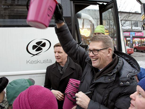 Matti Vanhanen jakoi vaaliämpäreitään Joensuussa marraskuussa 2017.