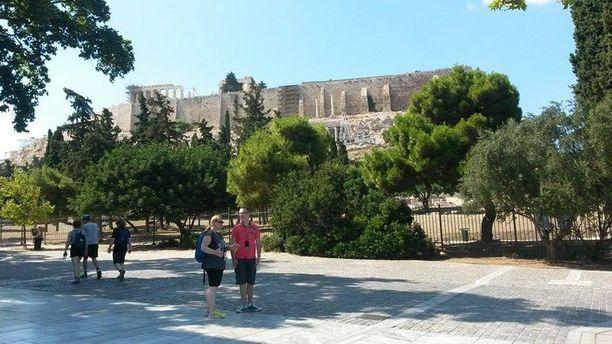 Kaunis tiistaipäivä veti turisteja Akropolikselle Ateenassa.