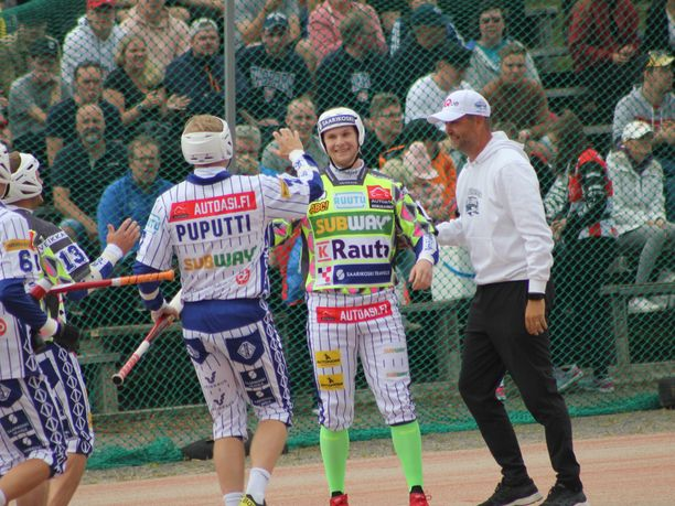 Lännen Perttu Ruuska oli kentän ehdoton tähti ja sai vastaanottaa onnitteluja.