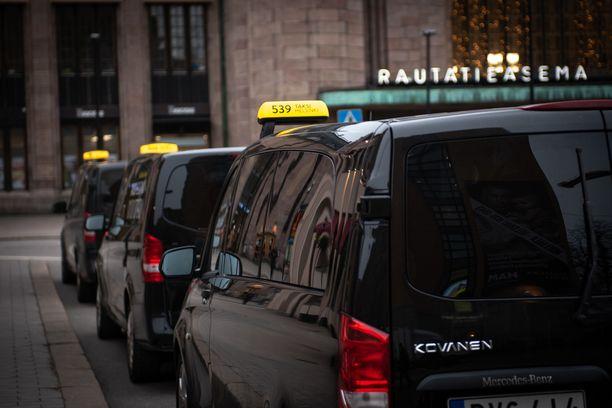 Taksiluvan edellytykseksi saatetaan jatkossa vaatia yrittäjäkoulutuksen ja -kokeen suorittaminen.