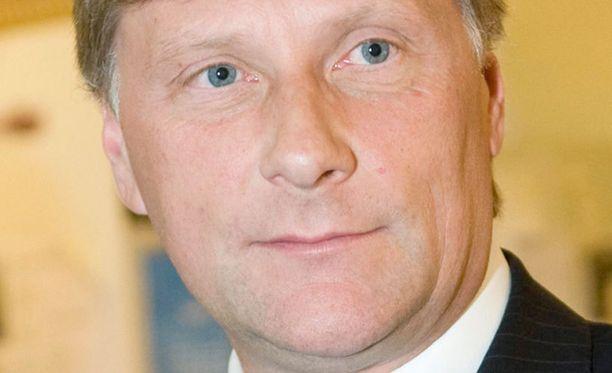 Maatalousministeri Jari Koskinen yrittää rauhoittaa mielialoja lisäluvilla pihasusien poistamiseen. Kiihkoilu on johtanut laittomiin susijahteihin.