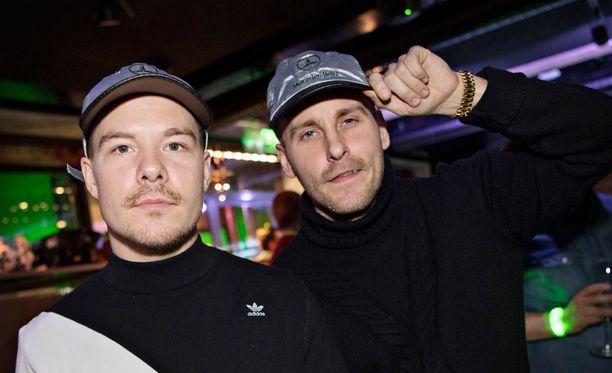 Jare ja VilleGalle olivat pukeneet päähänsä Mika Häkkis -aiheiset lippikset.