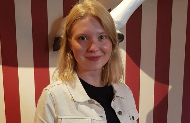 Satu Tuuli Karhu tunnetaan esimerkiksi elokuvasta Iloisia aikoja, Mielensäpahoittaja. Karhu sai roolistaan Jussi-palkinnon.
