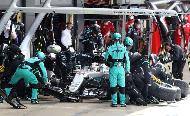Mercedes aikoo taktikoida väistämättömältä näyttävien lähtöruuturangaistusten kanssa.