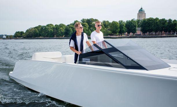Veneenomistajat Cheek (vasemmalla) ja Jens Kyllönen iloitsevat siitä, että pystyvät nyt itsekin ajamaan venettään.