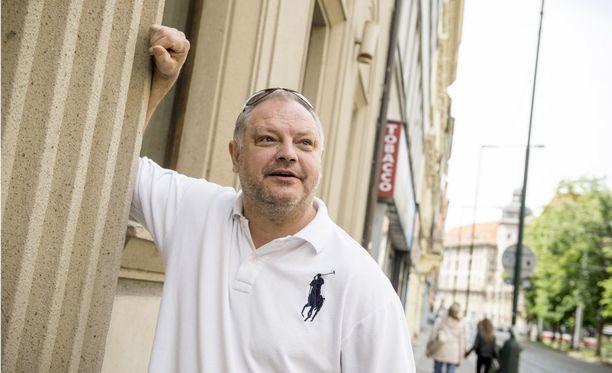 Esa Tikkanen on tyytymätön Leijonien esitykseen Pariisissa.