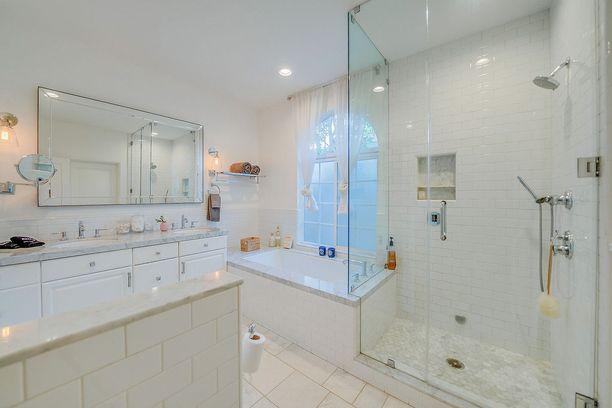 Talon kylpyhuoneessa on kaksi lavuaaria, kylpyamme ja lasiseinäinen suihkutila. Materiaaleina on käytetty valkoista kaakelia ja marmoria.