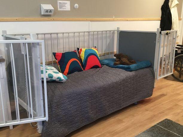 Tässä on kohun nostanut häkkisänky. Jukka-Petterin vanhemmat korostavat, että sänky on hankittu heidän lapsensa yöturvallisuuden takaajaksi.