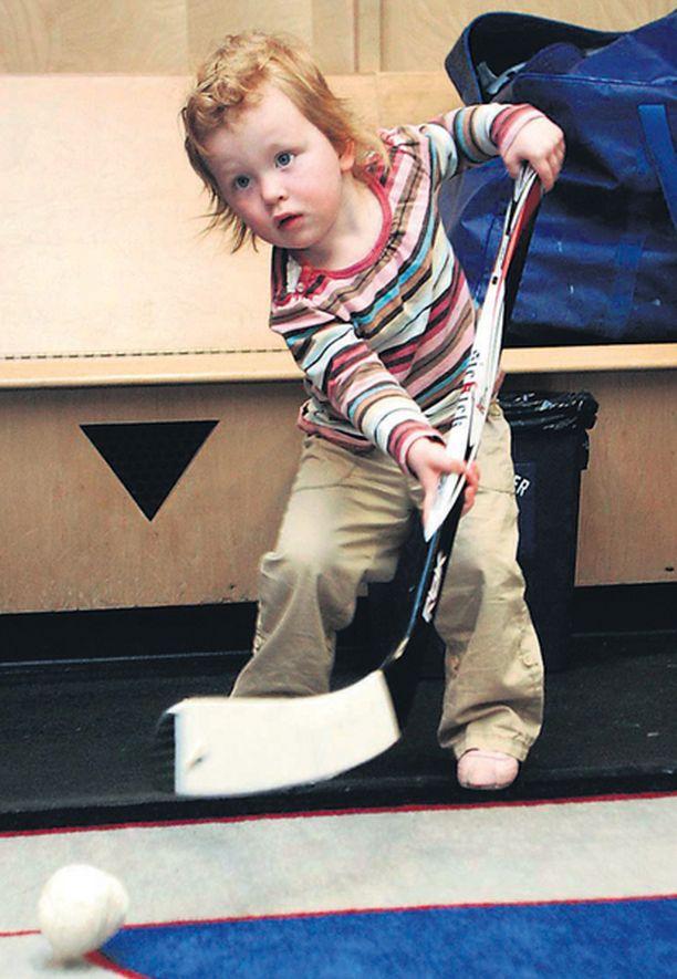 Tyttärestä polvi paranee Vancouver Canucksin ruotsalaispelaajan Daniel Sedinin Ronja-tytär harjoitteli laukomistaan teipistä tehdyllä pallolla sillä aikaa, kun isä antoi haastatteluja.