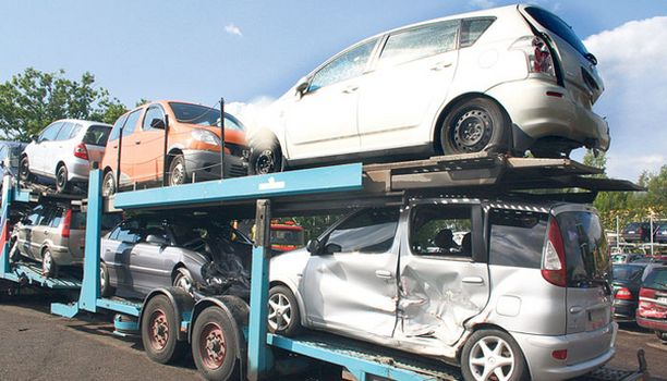 KORJATTAVAKSI Suomen teille palaa vuosittain tuhansittain korjattuja kolariautoja.