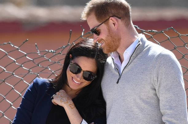 Prinssi Harry ja herttuatar Meghan eivät noudata perinteitä. Lapsi syntyy Sussexin herttuaparin ehdoin.