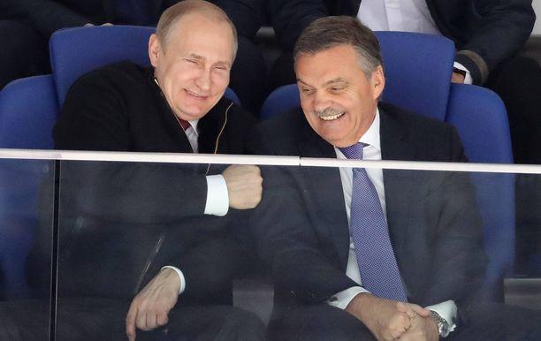 Vladimir Putin (vas.) ja Rene Fasel ovat keskenään hyviä ystäviä.