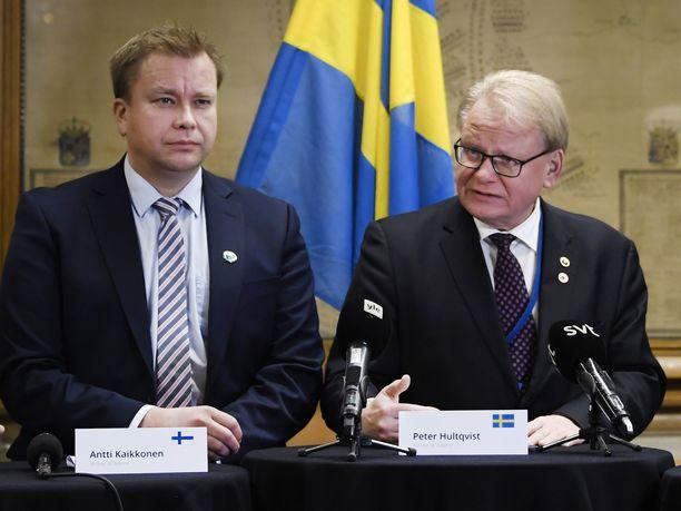 Puolustusministeri Antti Kaikkonen (kesk) on tavannut Ruotsin puolustusministeri Peter Hultqvistin jo 25 kertaa ministerikaudellaan. Kaikkosen mukaan myös tämä kertoo naapurimaiden välisestä tiiviistä puolustusyhteistyöstä.