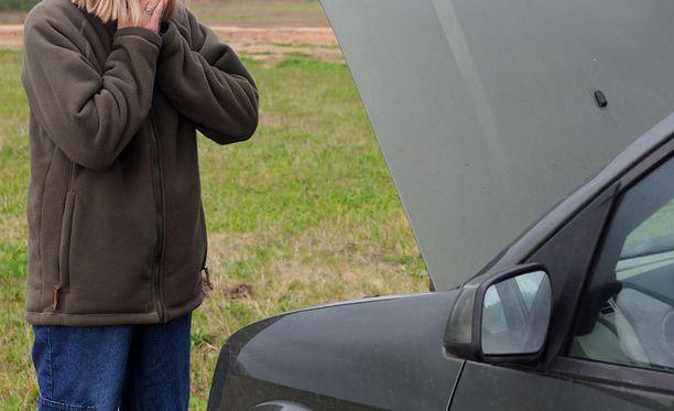 Poliisiylitarkastaja Risto Lammi kehottaa pääsiäisliikenteeseen lähteviä autoilijoita tarkistamaan ajokkinsa kunnon hyvissä ajoin.