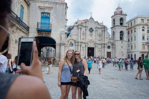 Viime vuonna Kuubassa vieraili ennätysmäärä turisteja. Kuvassa taustalla Havannan katedraali.