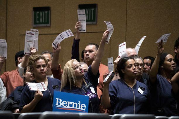 Bernie Sandersin kannattajia kasinohotelli Bellagiossa Las Vegasin vaalikokouksessa.