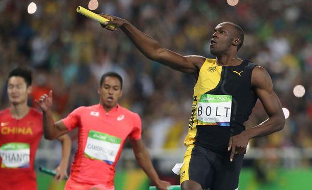 Usain Bolt juhli maalissa tripla-triplaa eli yhdeksättä kultamitaliaan.