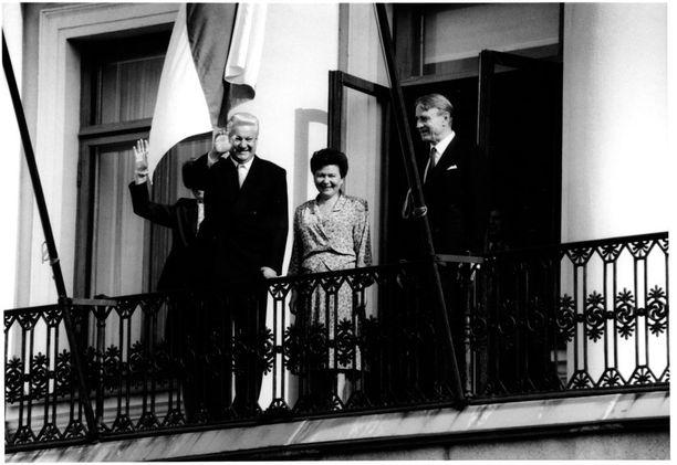 Boris Jeltsin, Naina Jeltsina ja Mauno Koivisto heinäkuussa 1992. Venäjän presidentin valtiovierailua varjosti suuri diplomaattikarkotus. Venäjän suurlähetystö ja ulkoministeriö vaativat Suomea perumaan kahden diplomaatin karkotus.