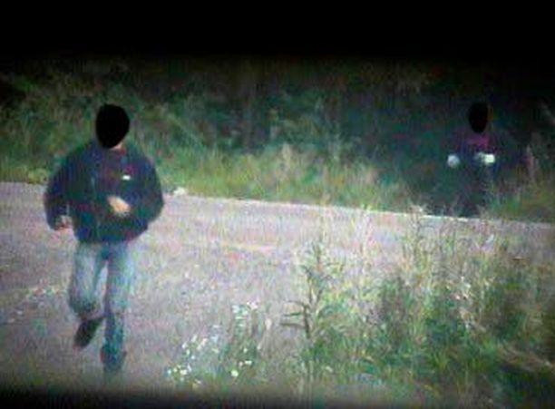 Poliisin hyvin tuntemat miehet viipyvät vartin metsässä ja palaavat sieltä nyssykät käsissään.