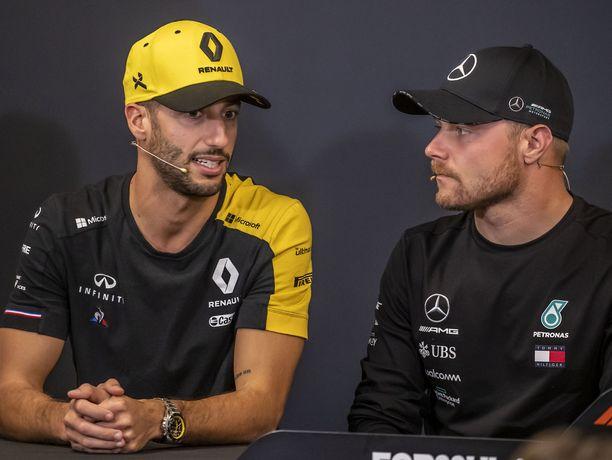 Daniel Ricciardo ja Valtteri Bottas kummastelivat uusintojen määrää. Arkistokuva vuodelta 2019.