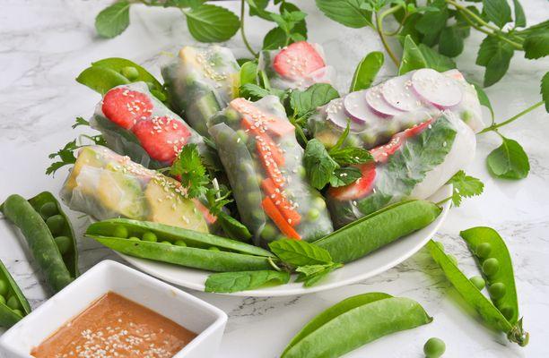 Kesärullat kannattaa täyttää sesongin kasviksilla ja hedelmillä.